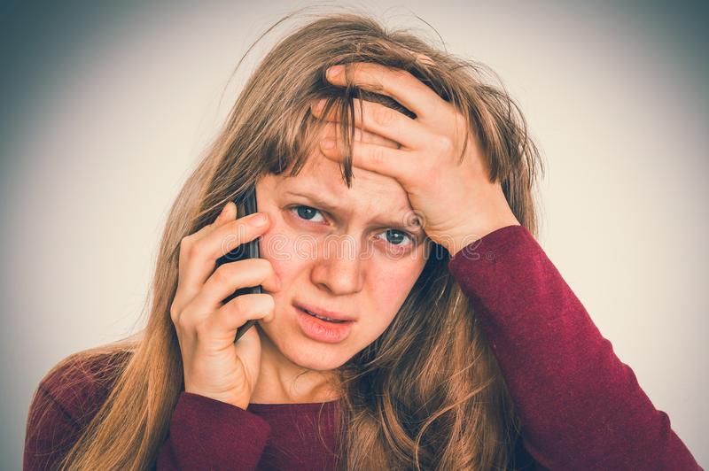 Mulher triste com telefone celular - conceito das más notícias imagens de stock royalty free