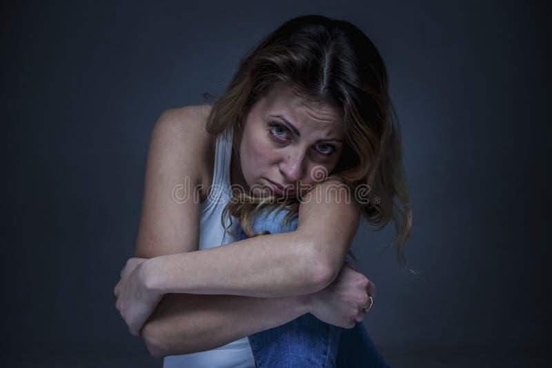 Mulher triste como o símbolo da dor e do desespero foto de stock royalty free