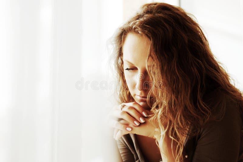 Mulher triste de encontro a um indicador. foto de stock