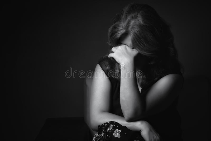 Mulher triste de grito em um fundo preto fotos de stock