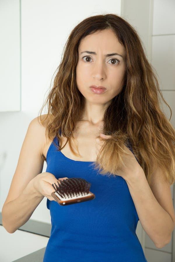 Mulher triste devido a cabelo perdedor imagem de stock royalty free