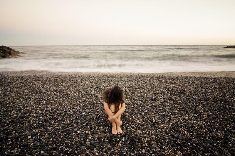 Mulher triste na praia imagens de stock royalty free
