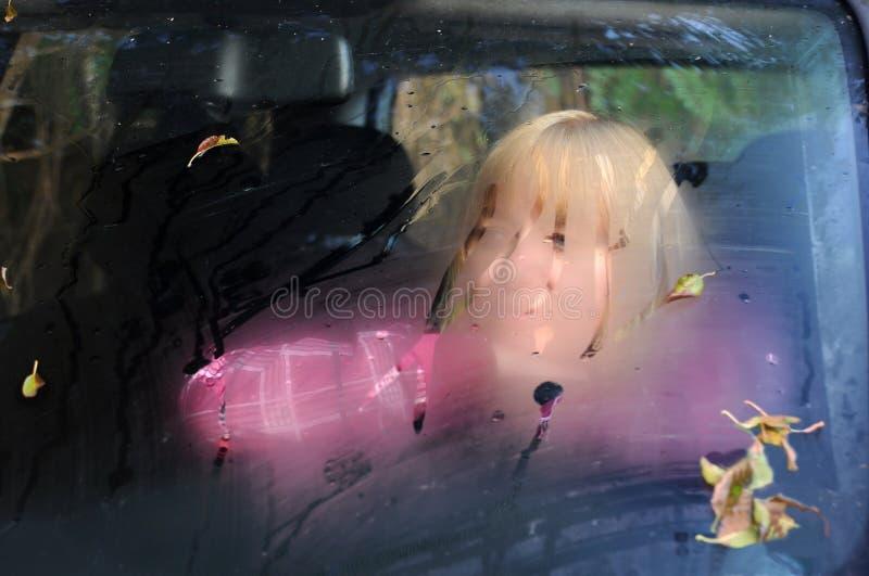 Mulher triste no carro imagem de stock