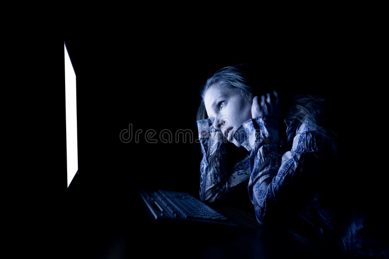 Mulher triste no computador imagens de stock royalty free
