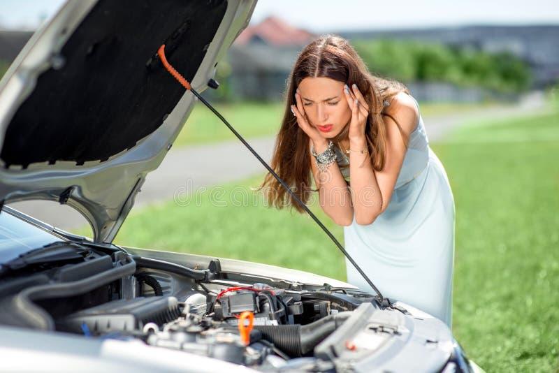 Mulher triste perto do carro quebrado imagem de stock royalty free