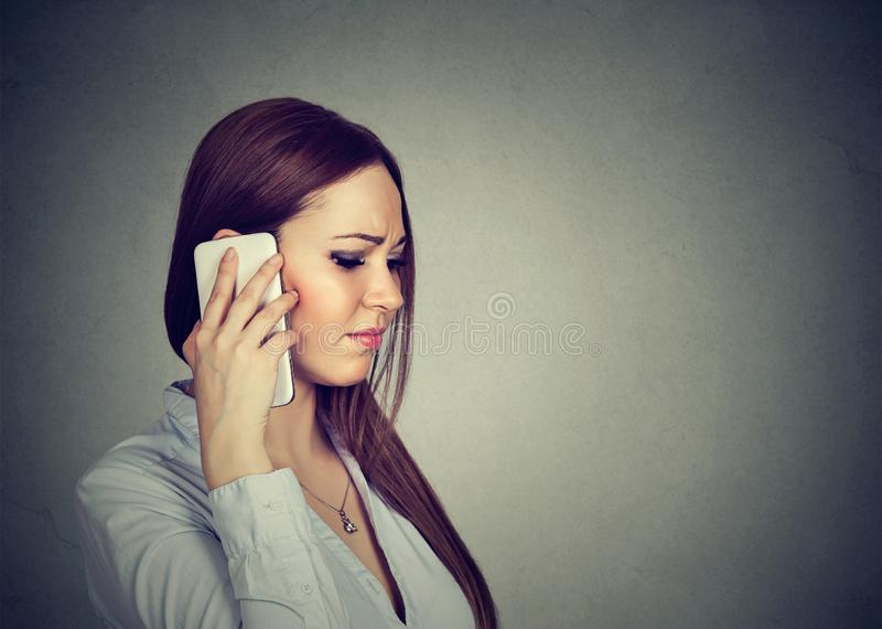 Mulher triste que fala no telefone fotografia de stock