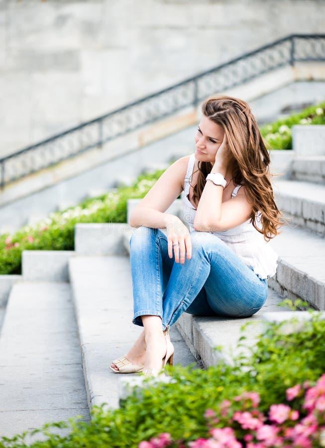 Mulher triste que senta-se em etapas fotografia de stock