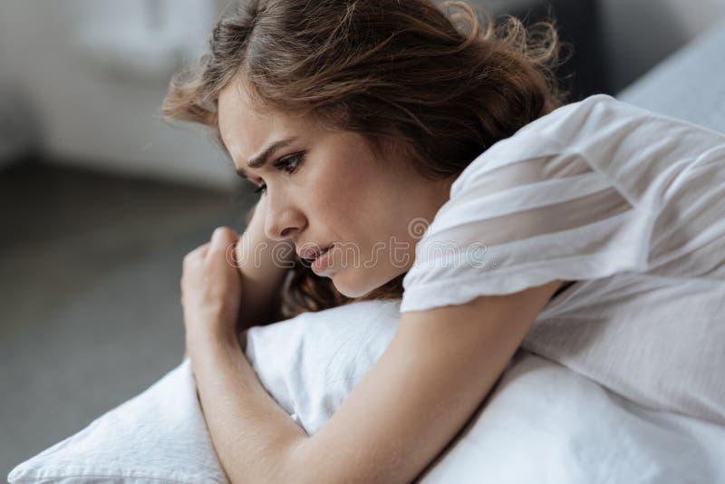 Mulher triste triste que sente infeliz foto de stock