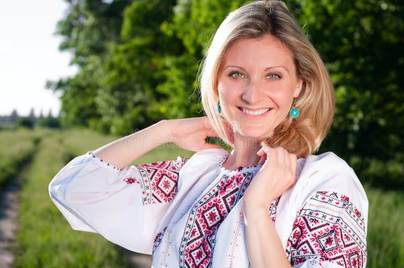 Mulher ucraniana de sorriso ao ar livre sobre imagem de stock royalty free
