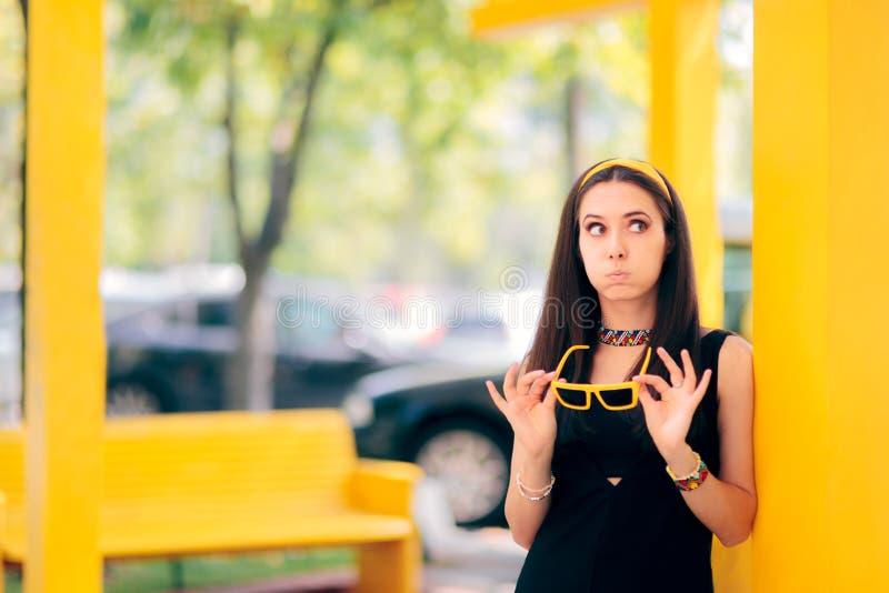 Mulher urbana furada engraçada que espera fora perto do banco fotos de stock