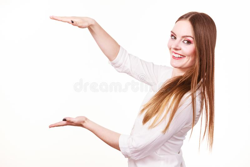A mulher usa as m?os para indicar a ?rea do quadro, copia o espa?o para o produto imagens de stock royalty free