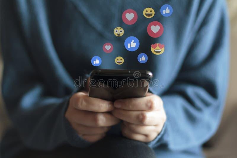 Mulher usando smartphone Conceito de mídia social e transmissão em direto fotografia de stock royalty free