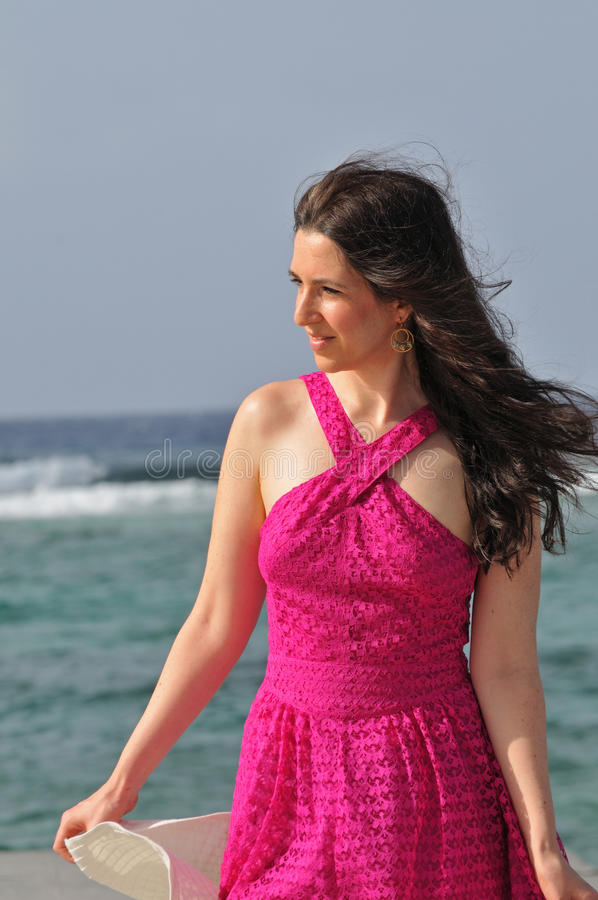 Mulher Vacationing que anda na praia imagens de stock royalty free