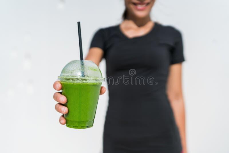 Mulher verde da empregada de mesa do batido que serve o copo no café imagens de stock