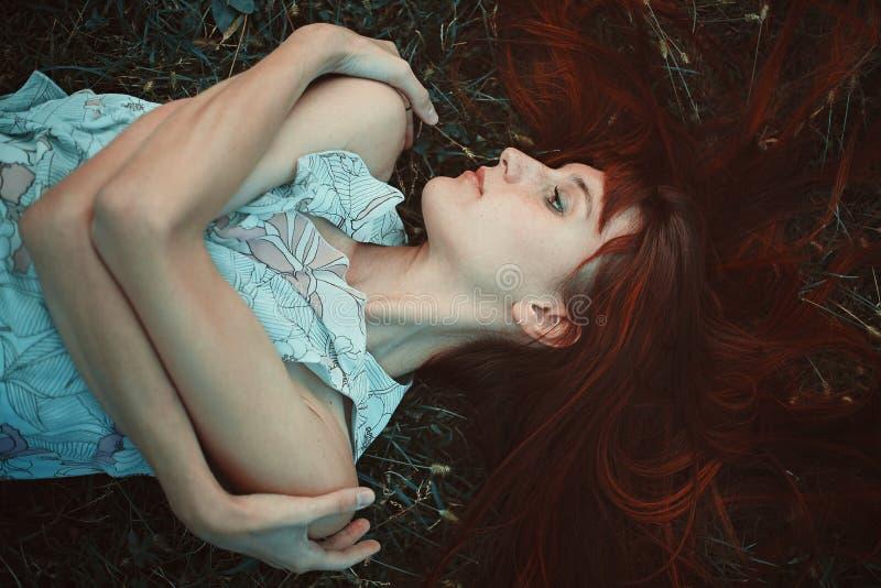 Mulher vermelha do cabelo pensativa foto de stock