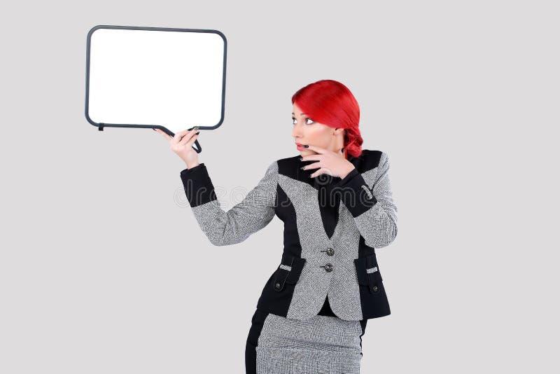 Mulher vermelha do cabelo que guarda a nuvem da escrita foto de stock royalty free