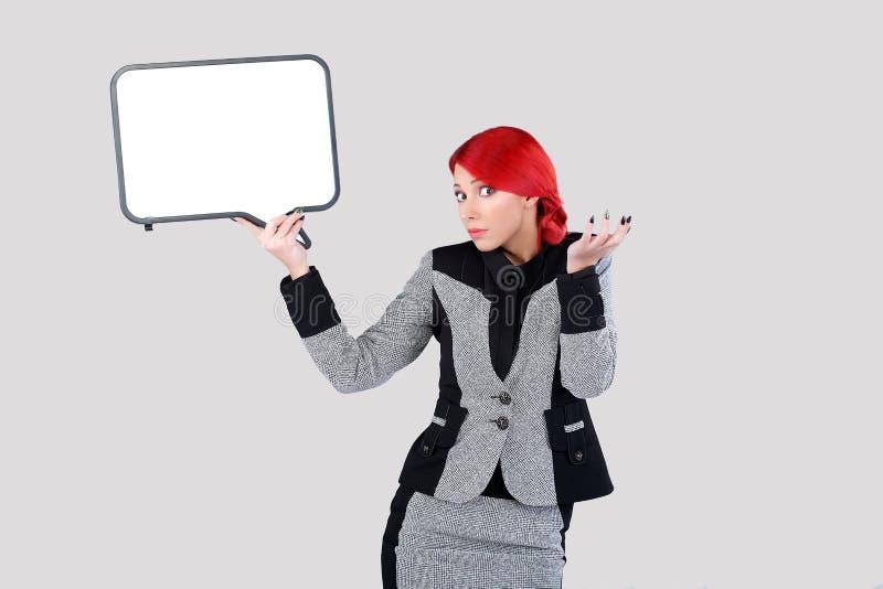 Mulher vermelha do cabelo que guarda a nuvem 1 da escrita imagens de stock royalty free
