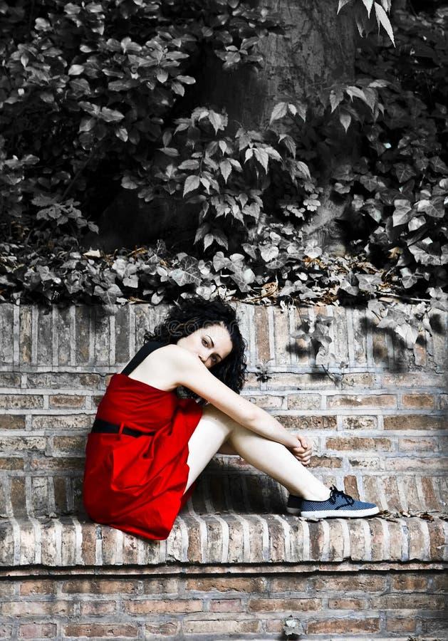 Mulher vermelha do vestido imagens de stock royalty free