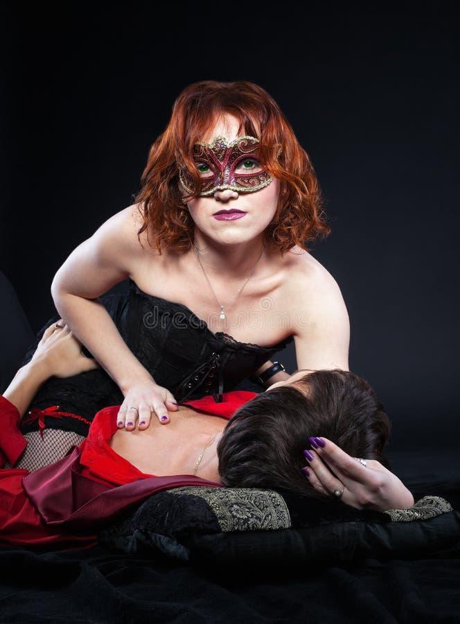 Mulher vermelha no homem - cena de amor imagens de stock royalty free