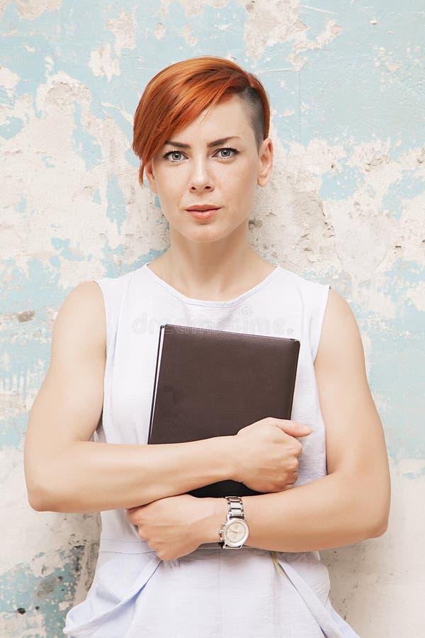Mulher vermelha nova do cabelo com arquivo imagem de stock royalty free