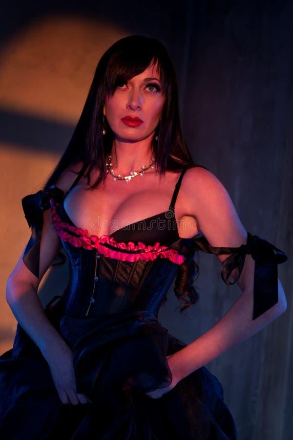 Mulher vestida acima no espartilho preto foto de stock royalty free