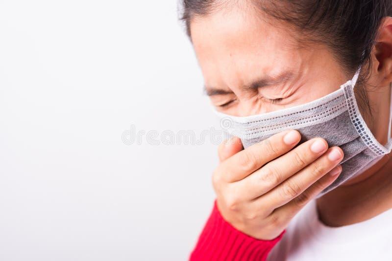 Mulher vestida com máscara protetora contra coronavírus ou COVID- 19 imagens de stock