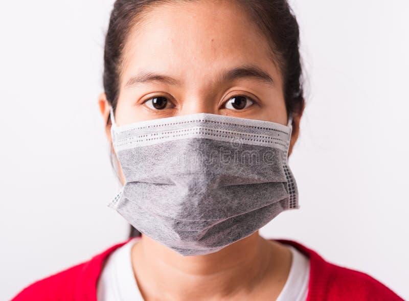Mulher vestida com máscara protetora contra coronavírus ou vírus COVID- 19 imagens de stock