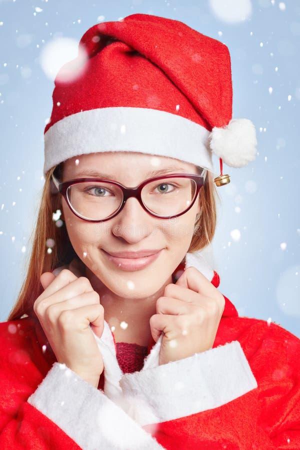 Mulher vestida como Santa Claus na neve imagens de stock royalty free