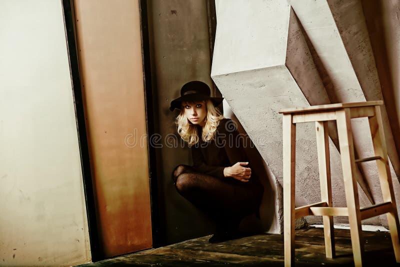 Mulher vestida em um chapéu negro imagens de stock royalty free