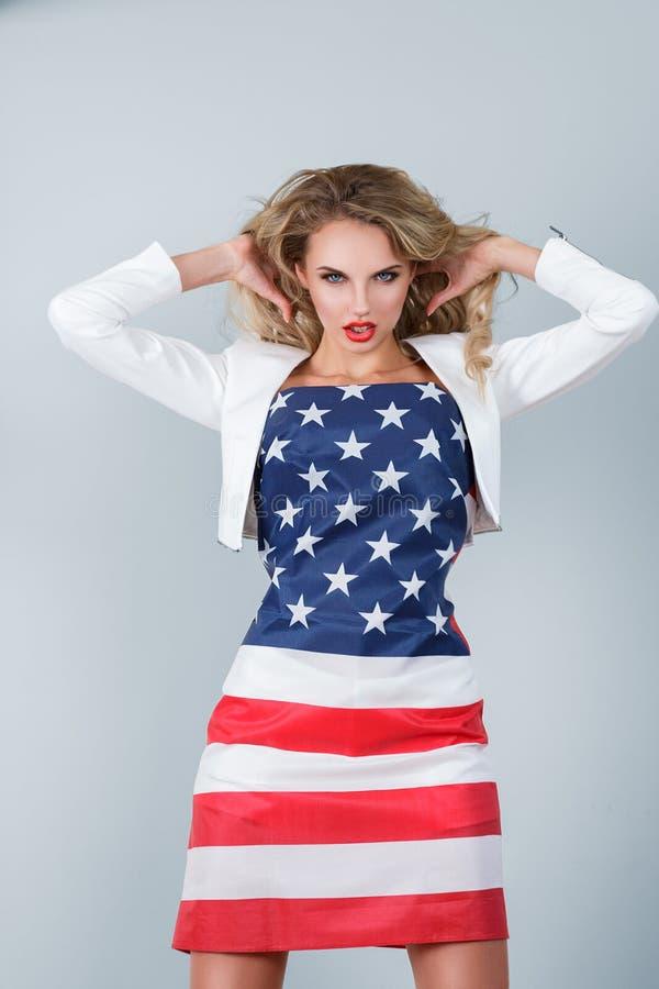 Mulher vestida na bandeira americana foto de stock royalty free