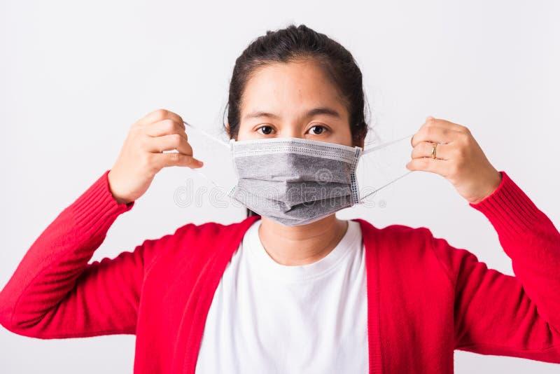 Mulher vestindo máscara protetora contra coronavírus mostrando o passo correto imagem de stock