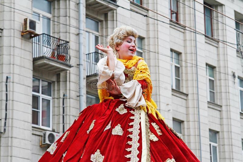 A mulher vestiu-se na roupa do século XVIII e na peruca no dia da cidade na rua de Tverskaya em Moscou imagem de stock