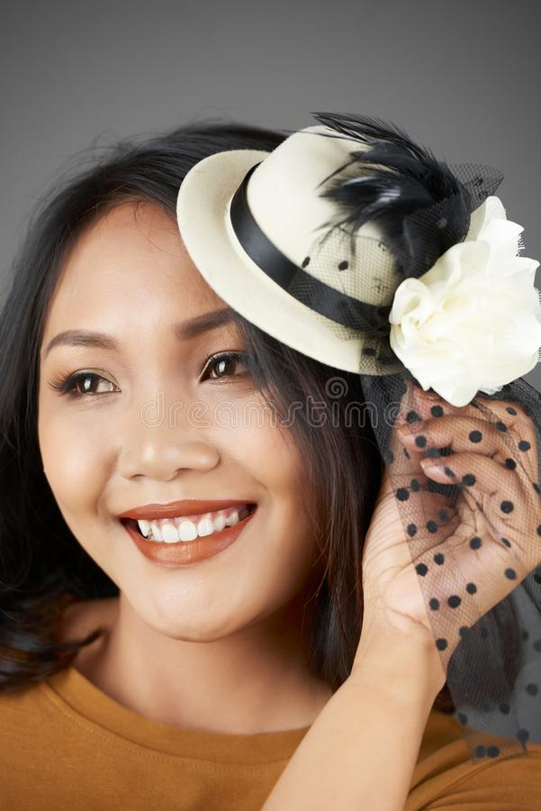 Mulher vietnamiana elegante alegre foto de stock
