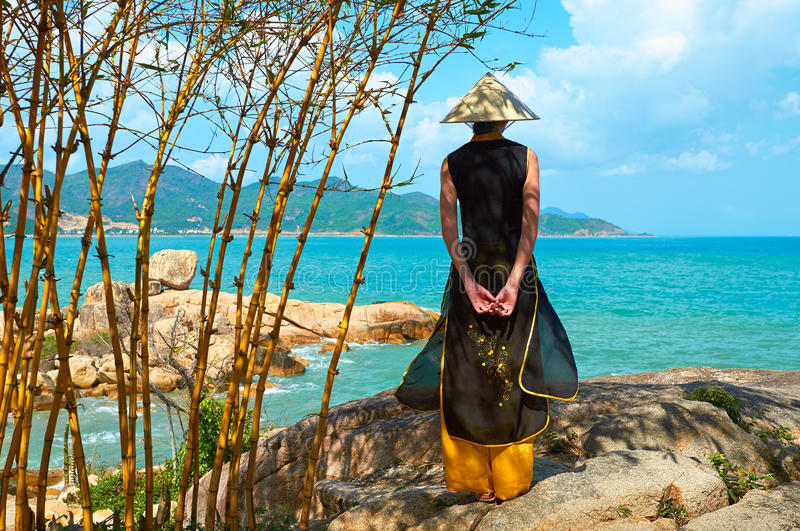 Mulher vietnamiana nova na roupa tradicional imagem de stock royalty free
