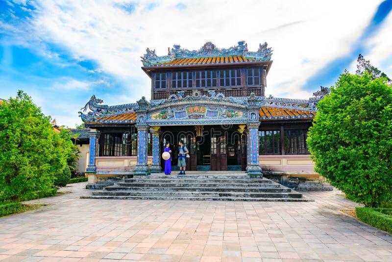 Mulher vietnamiana que explica a citadela, matiz imperial da cidade, Vietname, a um turista fotos de stock