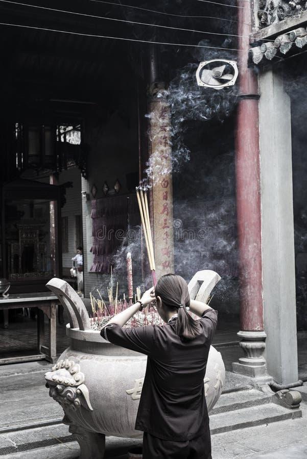 A mulher vietnamiana vista de atrás reza no templo de Chua Ba Thien Hau em Ho Chi Minh City, Vietname imagens de stock