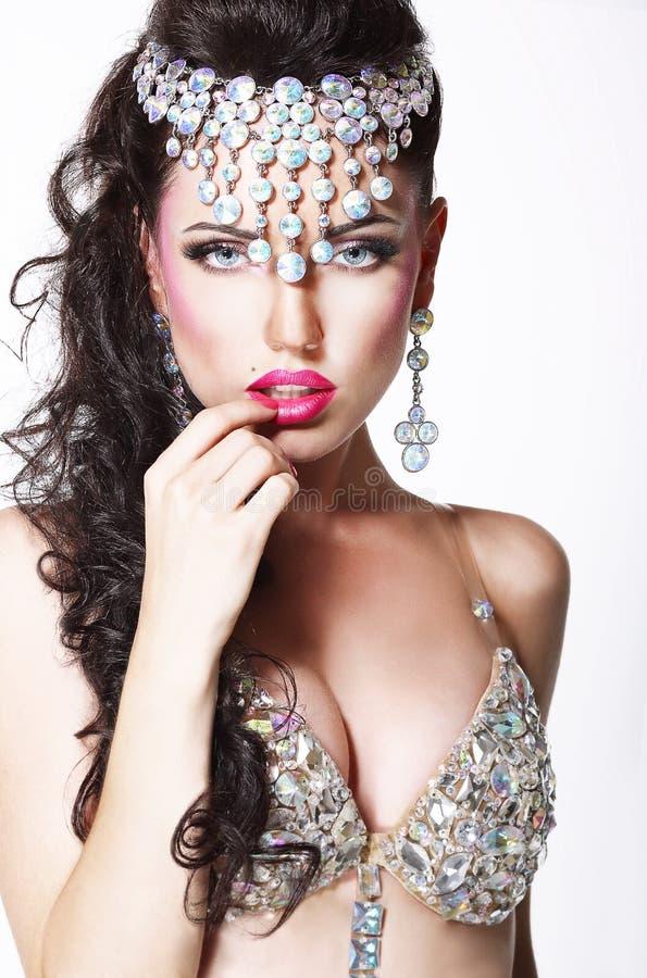 Mulher vistoso refinada com diadema brilhante e o sutiã de brilho imagens de stock