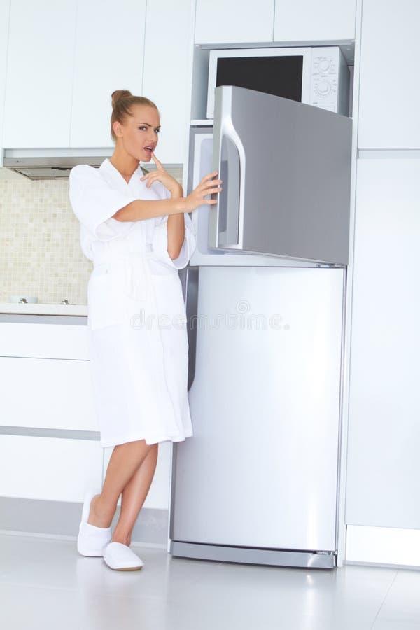 Mulher Vivacious no bathrobe e nos deslizadores imagem de stock