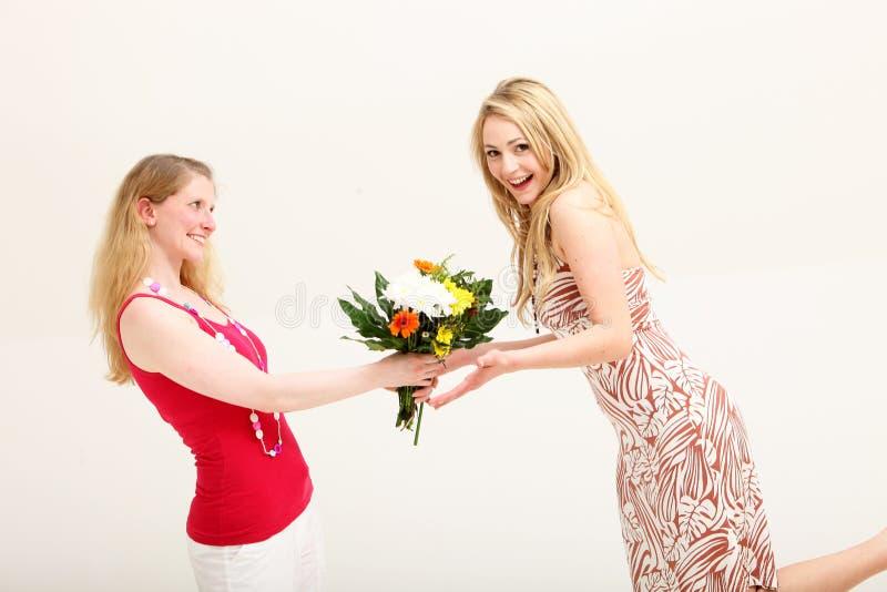 Mulher Vivacious que recebe o presente floral foto de stock