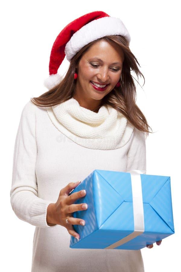 Mulher vivo bonita com um presente do Natal fotos de stock