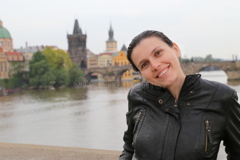 Mulher Vltava Praga do turista fotografia de stock royalty free