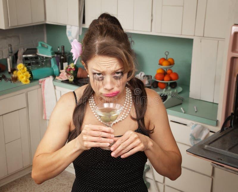Mulher Weeping que bebe Martini fotos de stock royalty free