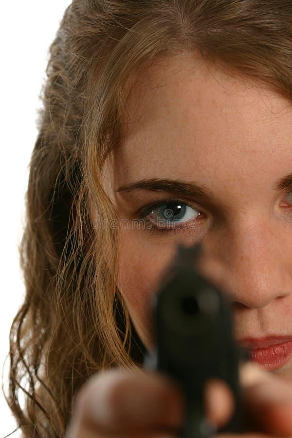 Mulher Well-dressed que está e que aponta um revólver imagem de stock