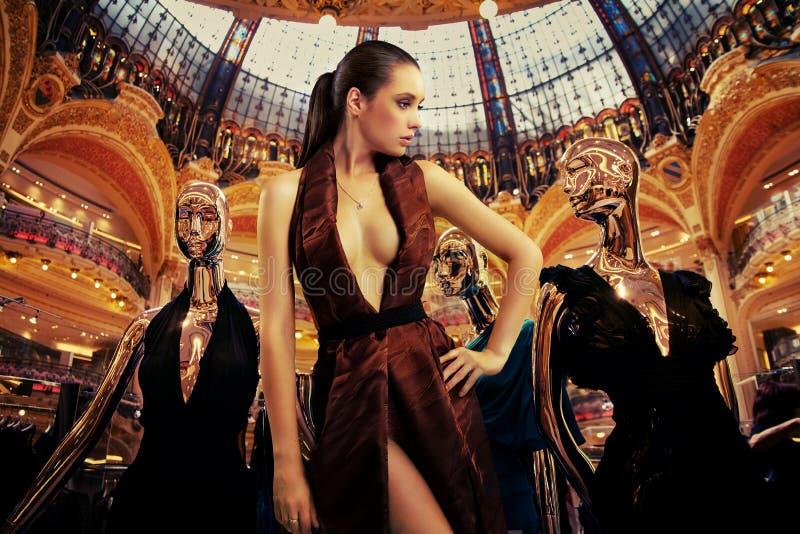 Mulher Well-dressed que levanta entre dummys dourados fotos de stock royalty free