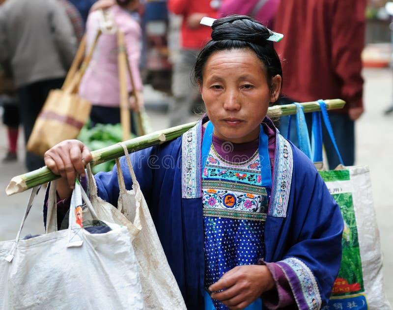 Mulheres étnicas de China em ruas das cidades chinesas fotos de stock