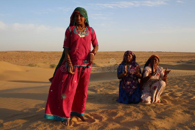 Mulheres aciganadas que dançam e que cantam no deserto, Rajasthan, Índia imagens de stock royalty free