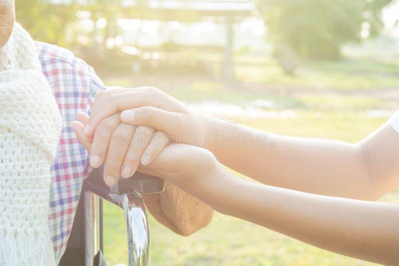 Mulheres adultas das mãos e toque mais novo imagem de stock