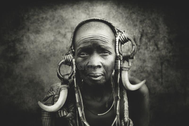 Mulheres adultas do tribo africano Mursi, Etiópia foto de stock