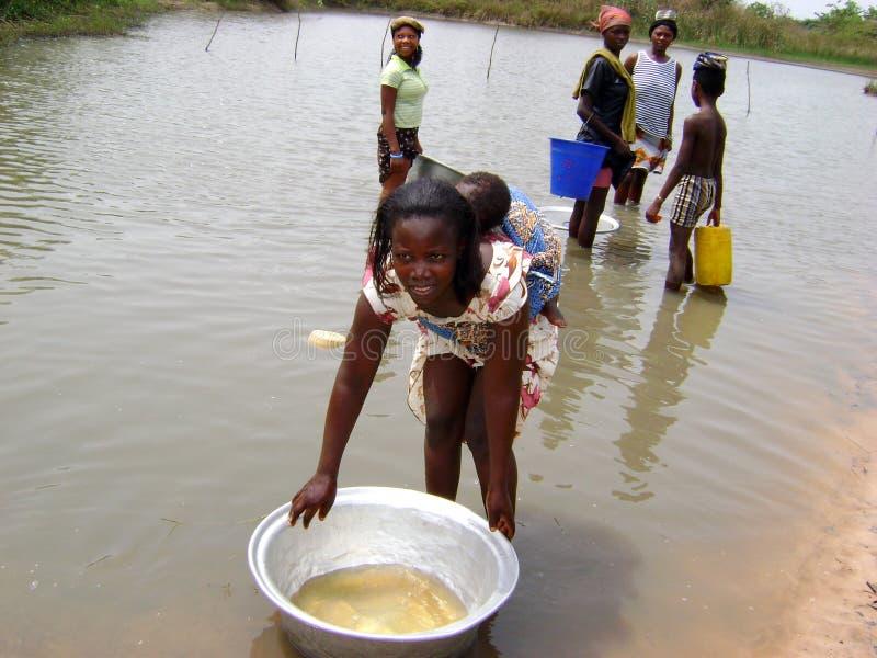 Mulheres africanas no rio fotos de stock