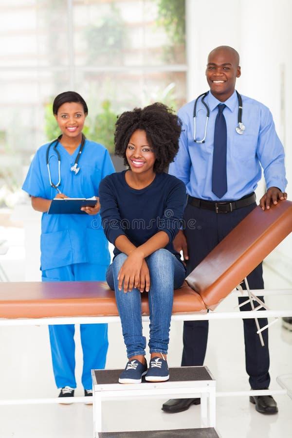 Doutor africano da mulher imagens de stock